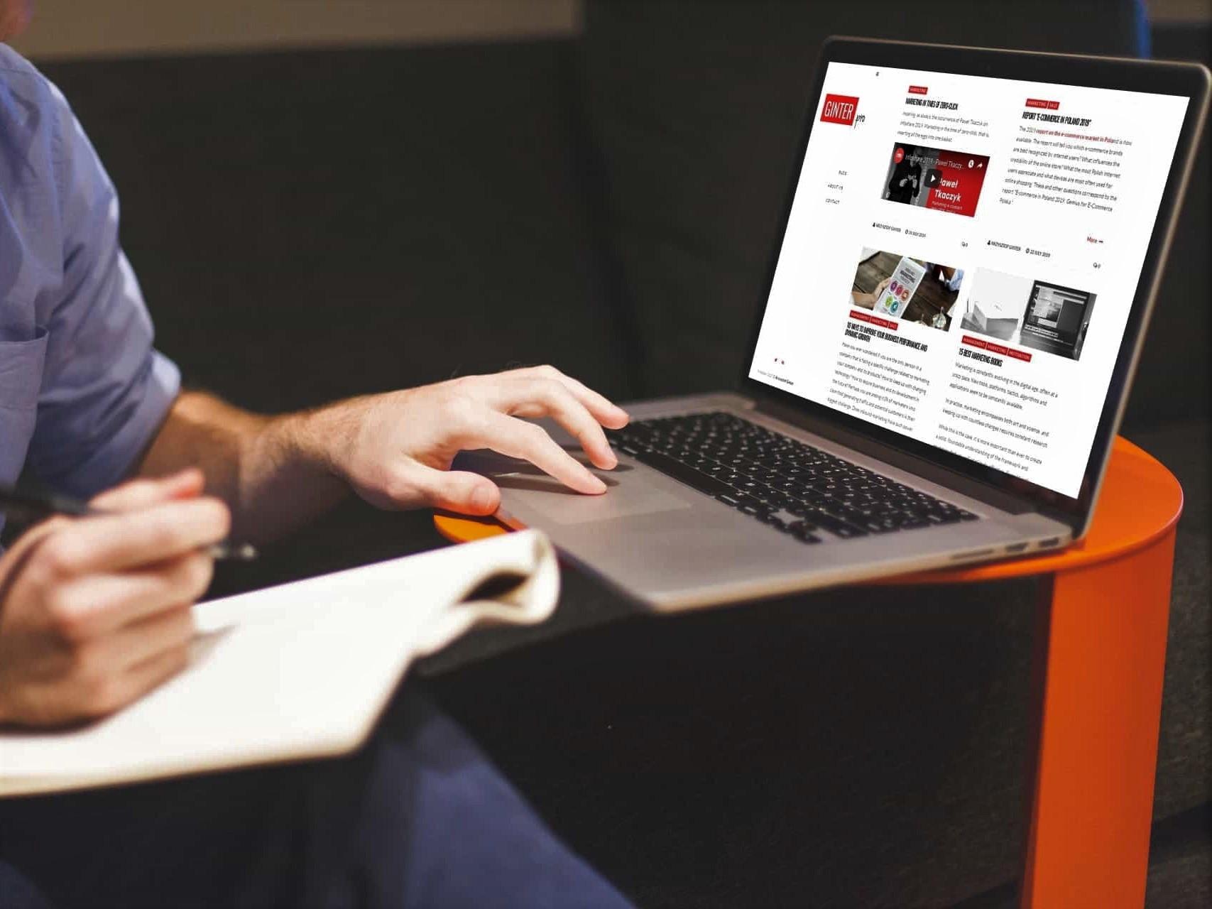Projekt strony internetowej dla blogera - laptop - Agencja Marketingowa OzonMedia z Wrocławia